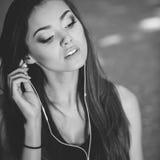Портрет девушки в наушниках на улице Стоковая Фотография RF