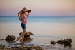 Портрет девушки в обширн-наполненной до краев шляпе на предпосылке t Стоковая Фотография RF
