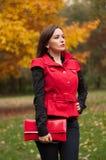 Портрет девушки в парке осени Стоковое Изображение RF