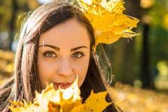 Портрет девушки в парке осени Стоковые Фотографии RF