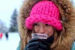 Портрет девушки в питье зимы Стоковые Изображения RF