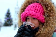 Портрет девушки в питье зимы Стоковая Фотография