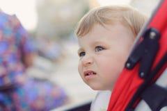 Портрет девушки в прогулочной коляске Стоковое Фото
