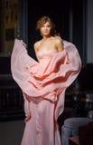 Портрет девушки в пропуская розовом платье. Стоковая Фотография RF