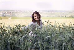 Портрет девушки в пшеничном поле Стоковые Изображения RF