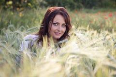 Портрет девушки в пшеничном поле Стоковое фото RF