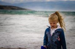 Портрет девушки в плохой погоде в море Стоковое фото RF