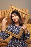 Портрет девушки в рамке в его руках Стоковые Изображения RF