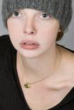 Портрет девушки в связанной шляпе Стоковое Изображение