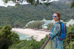 Портрет девушки в солнечных очках залива и джунглей Стоковое фото RF