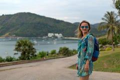Портрет девушки в солнечных очках и туника моря и Стоковое фото RF