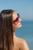 Портрет девушки в солнечных очках на предпосылке моря Стоковые Фотографии RF