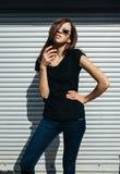 Портрет девушки в стиле черноты утеса, стоя outdoors в городе против стены серебряного металла городской Стоковые Фотографии RF