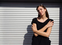 Портрет девушки в стиле черноты утеса, стоя outdoors в городе против стены серебряного металла городской Стоковое Изображение RF
