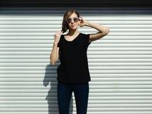 Портрет девушки в стиле черноты утеса, стоя outdoors в городе против стены серебряного металла городской Стоковые Изображения RF