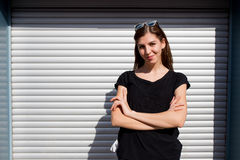 Портрет девушки в стиле черноты утеса, стоя outdoors в городе против стены серебряного металла городской Стоковая Фотография