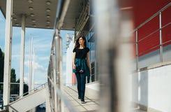 Портрет девушки в стиле черноты утеса, стоя outdoors в городе Стоковое Изображение