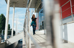 Портрет девушки в стиле черноты утеса, стоя outdoors в городе Стоковая Фотография