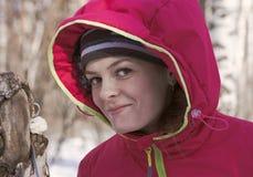 Портрет девушки в с капюшоном куртке в лесе зимы Стоковое фото RF