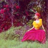 Портрет девушки в тропических джунглях Стоковые Изображения