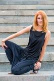 Портрет девушки в черных одеждах на шагах Стоковые Изображения RF