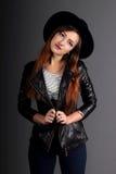 Портрет девушки в шляпе стиля утеса стоковые фото