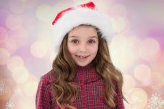 Портрет девушки в шляпе santa усмехаясь на камере Стоковое Изображение RF