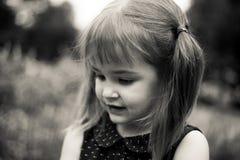 Портрет девушки 3 года старой в черно-белом Стоковая Фотография