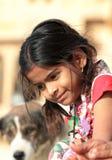 Портрет девушки деревни индийской с собакой на предпосылке Стоковое фото RF