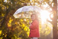 Портрет девушки держа зонтик Стоковая Фотография