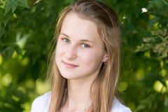Портрет девушки 14 лет в природе Стоковые Изображения RF