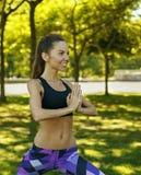 Портрет девушки делая йогу на предпосылке природы Стоковые Изображения RF