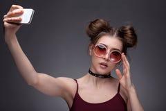 Портрет девушки делая selfie Стоковая Фотография