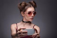 Портрет девушки делая selfie Стоковое Изображение RF
