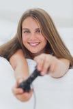 Портрет девушки играя видеоигры Стоковое Изображение