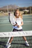 Портрет девушки играя теннис на суде Стоковое Фото
