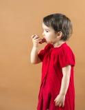 Портрет девушки используя ингалятор астмы Стоковые Изображения RF