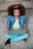 Портрет девушки используя компьтер-книжку Стоковое фото RF