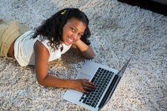 Портрет девушки используя компьтер-книжку Стоковые Изображения RF