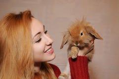 Портрет девушки и кролика Стоковое Изображение