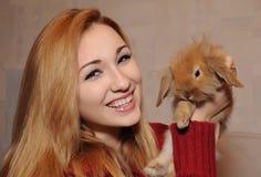 Портрет девушки и кролика Стоковое Фото
