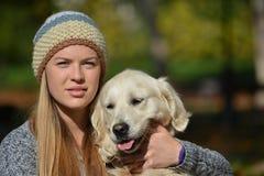 Портрет девушки и собаки Стоковые Изображения RF