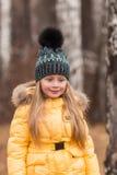 Портрет девушки идя через после полудня древесин весной Стоковое фото RF