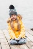 Портрет девушки идя через после полудня древесин весной Стоковые Изображения RF