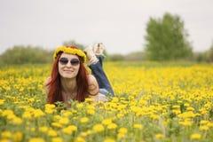 Портрет девушки которая лежит на поле цветка Стоковая Фотография RF