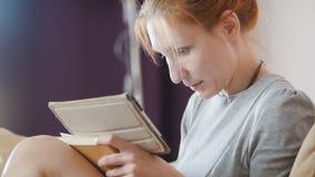 Портрет девушки которая работает используя планшет Стоковое Фото