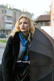 Портрет девушки которая стоит под зонтиком Стоковые Фотографии RF