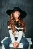 Портрет девушки красивой моды малой в шляпе на винтажной предпосылке стоковая фотография
