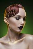 Портрет девушки красоты на зеленой предпосылке Стоковые Изображения
