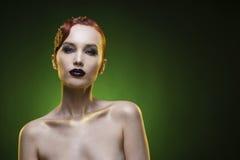 Портрет девушки красоты на зеленой предпосылке Стоковая Фотография RF